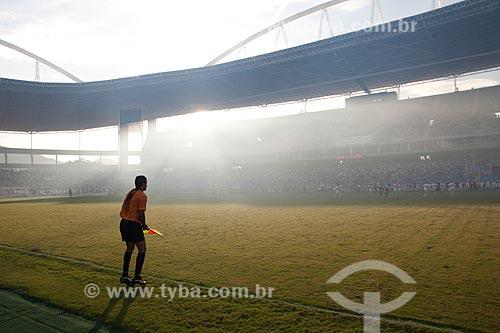 Assunto: Silhueta do árbitro assistente (bandeirinha) e do Estádio Olímpico João Havelange no jogo Botafogo x São Paulo pelo Campeonato Brasileiro de 2009 - Engenhão / Local: Engenho de Dentro - Rio de Janeiro / Data: 21/11/2009