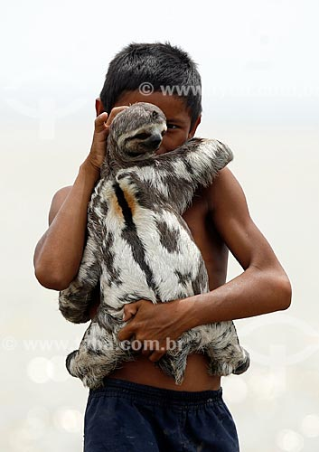 Assunto: Menino ribeirinho com um bicho preguiça no colo  / Local: Municipio de Careiro -  Manaus - Amazonas -Brasil / Data: 11/2009