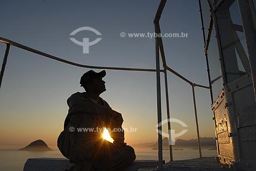 Assunto: Silhueta de faroleiro durante o pôr do Sol no Farol da Ilha Rasa  / Local:  Rio de Janeiro - RJ - Brasil  / Data: 09/2009