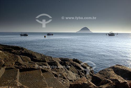 Assunto: Barcos de Pesca com a Ilha Redonda ao fundo, vistos da Ilha Rasa  / Local:  Rio de Janeiro - RJ - Brasil  / Data: 09/2009