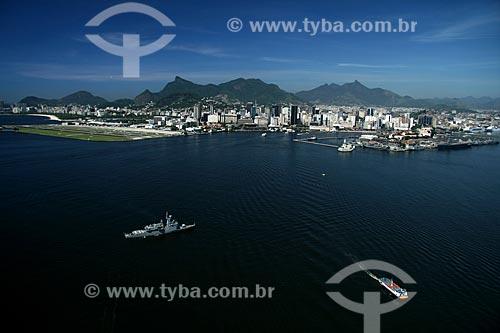 Assunto: Vista aérea da Barca Rio-Niterói cruzando a Baía de Guanabara, com a Ilha Fiscal, o Aeroporto Santos Dumont e o Centro da cidade do Rio de Janeiro ao fundo / Local: Rio de Janeiro - RJ - Brasil / Data: 11/2009
