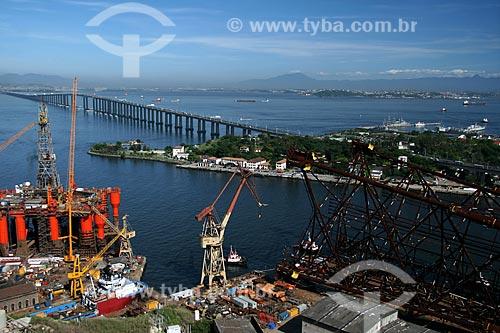 Assunto: Vista aérea da Construção da Plataforma de Mexilhão no Estaleiro Mauá com a Ilha de Mocanguê e a Ponte Rio-Niterói ao fundo  / Local:  Niterói - RJ - Brasil  / Data: 11/2009
