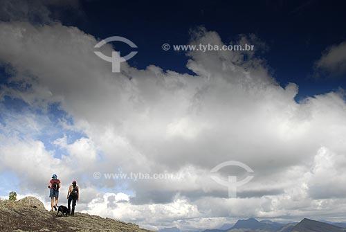 Assunto: Caminhantes no cume do Morro das Flores / Local: São José do Vale do Rio Preto - RJ - Brasil / Data: 07/2009