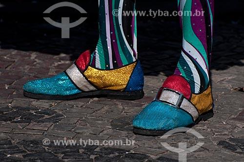 Assunto: Detalhe dos pés de pessoa fantasiada de clóvis ou Bate - Bola no centro do Rio de Janeiro durante o carnaval de rua  / Local:  Rio de Janeiro - RJ - Brasil  / Data: 16/02/2010