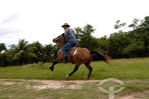 Assunto: Homem cavalgando nos arredores de Itaboraí  / Local: Itaboraí - Rio de Janeiro (RJ) - Brasil  / Data: 01/2007