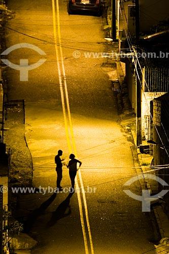 Assunto: Silhueta de casal conversando em rua deserta à noite  / Local:  Florianópolis - Santa Catarina (SC) - Brasil  / Data: 01/2010