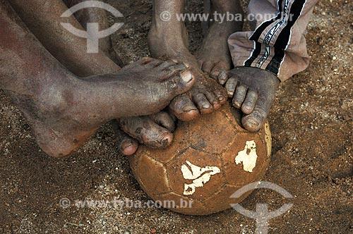 Assunto: Crianças jogam futebol na favela do morro Dois Irmãos  / Local:  Rio de Janeiro - RJ - Brasil  / Data: 05/2007
