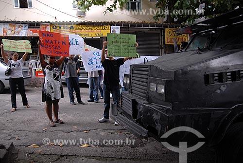 Amigos e familiares de vítimas da violência protestam em frente a posto da policia militar no morro do Timbau, depois do enterro do menino Matheus Rodrigues, morto por policiais militares do Rio de Janeiro  - Rio de Janeiro - Rio de Janeiro - Brasil