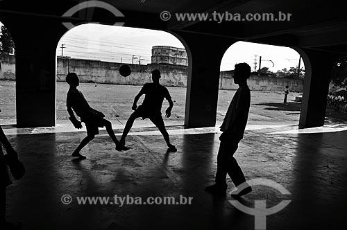 Assunto: Jovens moradores de São João de Meriti jogando futebol em colégio da rede publica do estado  / Local:  Rio de Janeiro - RJ - Brasil  / Data: 06/2009