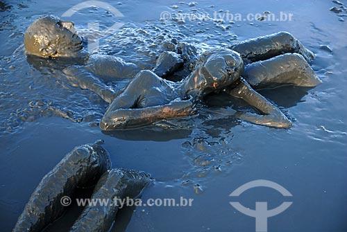 Assunto: Casal se banha na lama da praia do Jabaquara, para desfilar pelas ruas do município no Bloco da Lama  / Local:  Paraty - RJ - Brasil  / Data: 2/2009