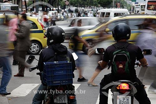Assunto: Motociclistas esperam enquanto pedestres atravessam a rua no centro comercial da cidade  / Local:  Rio de Janeiro - RJ - Brasil  / Data: 19/02/2010