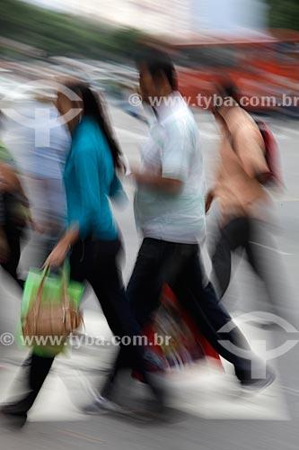 Assunto: Pedestres atravessando a rua no centro comercial da cidade  / Local:  Rio de Janeiro - RJ - Brasil  / Data: 19/02/2010