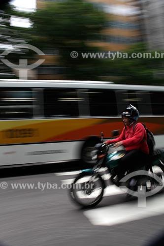 Assunto: Motociclista e ônibus em trânsito no centro comercial da cidade  / Local:  Rio de Janeiro - RJ - Brasil  / Data: 19/02/2010