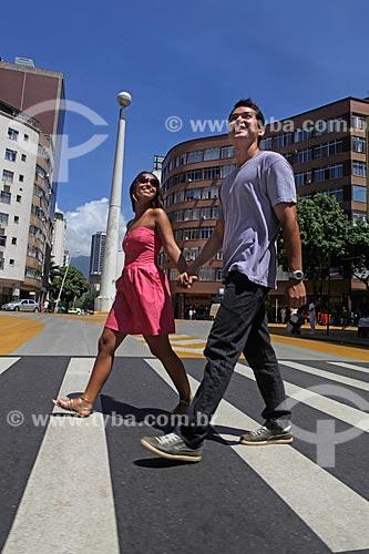 Assunto: Casal atravessando a faixa de pedestre da rua Epitácio Pessoa, com o Obelisco do Leblon ao fundo  / Local: Rio de Janeiro - Brasil  / Data: 20/02/2010  autorização de uso de imagem (84 e 85)
