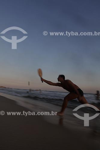 Assunto: Homem jogando frescobol ao entardecer em Ipanema  / Local:  Rio de Janeiro - RJ - Brasil  / Data: 21/02/2010