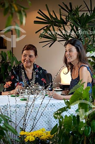 Assunto: Avó e netos reunidos para o chá da tarde  / Local:  Rio de Janeiro - RJ - Brasil  / Data: 20/04/2010