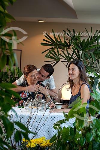 Assunto: Avó e netos reunidos para o chá da tarde  / Local:  Rio de Janeiro - RJ - Brasil  / Data: