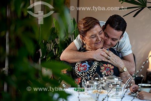 Assunto: Carinho do neto com a avó durante o chá da tarde  / Local:  Rio de Janeiro - RJ - Brasil  / Data: 20/04/2010