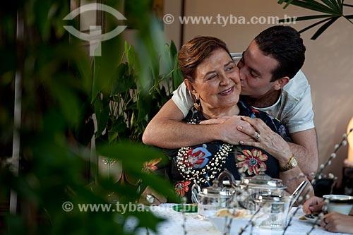 Assunto: Carinho do neto com a avó durante o chá da tarde  / Local:  Rio de Janeiro - RJ - Brasil  / Data:
