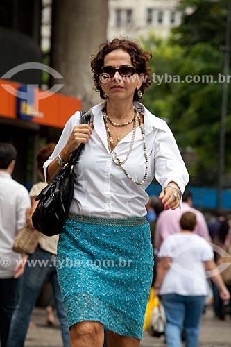 Assunto: Mulher caminhando nas ruas movimentadas do centro comercial e empresarial da cidade  / Local:  Rio de Janeiro - RJ - Brasil  / Data: 19/02/2010
