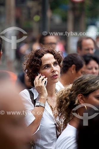 Assunto: Mulher falando ao celular em meio a multidão nas ruas movimentadas do centro comercial e empresarial da cidade  / Local:  Rio de Janeiro - RJ - Brasil  / Data: 19/02/2010