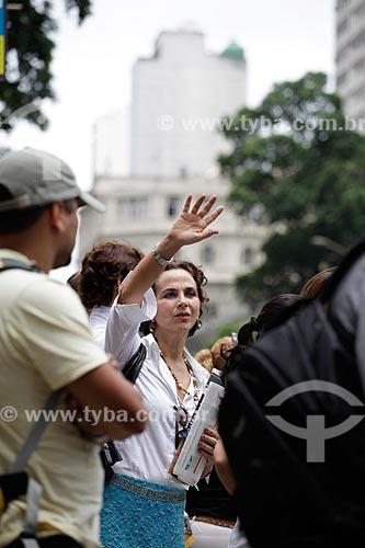 Assunto: Mulher chamando condução nas ruas movimentadas do centro comercial e empresarial da cidade  / Local:  Rio de Janeiro - RJ - Brasil  / Data: 19/02/2010