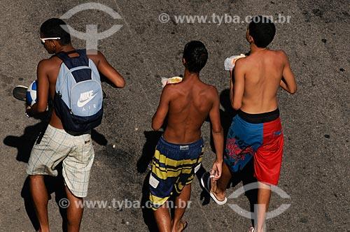 Assunto: Jovens comendo cachorro quente no meio da rua  / Local:  Rio de Janeiro - RJ - Brasil  / Data: 01/02/2009