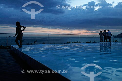 Assunto: Silhueta de pessoas aproveitando o entardecer na cobertura do Hotal Fasano na orla de Ipanema - com piscina em primeiro plano - uso somente sob consulta prévia / Local: Rio de Janeiro - RJ - Brasil  / Data: 24/02/2010