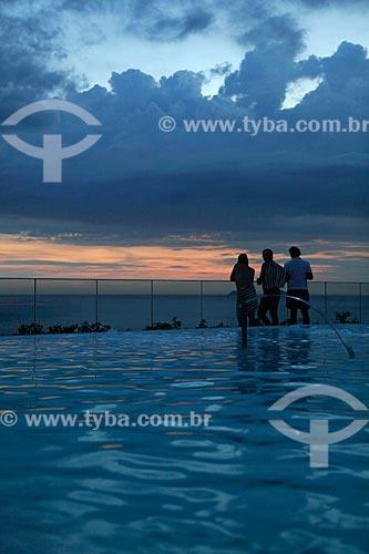 Assunto: Silhueta de pessoas aproveitando o entardecer na cobertura do Hotel Fasano na orla de Ipanema - com piscina em primeiro plano - uso somente sob consulta prévia / Local:  Rio de Janeiro - RJ - Brasil  / Data: 24/02/2010