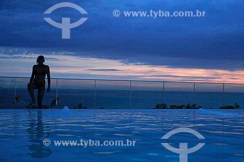 Assunto: Silhueta de banhista aproveitando o entardecer na cobertura do Hotel Fasano na orla de Ipanema - com piscina em primeiro plano - uso somente sob consulta prévia / Local:  Rio de Janeiro - RJ - Brasil  / Data: 24/02/2010