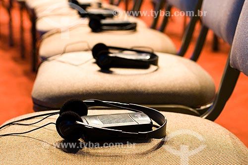 Assunto: Fones de ouvido sobre cadeira em auditório / Local: Florianópolis - Santa Catarina - Brasil / Data: 03/2010