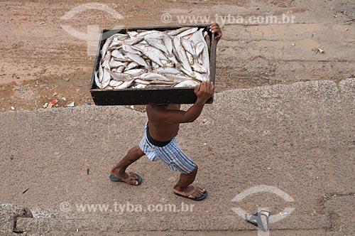 Assunto: Trabalhador carregando caixa de peixes no porto de Manaus / Local: Manaus - Amazonas (AM) - Brasil / Data: 01/11/2009
