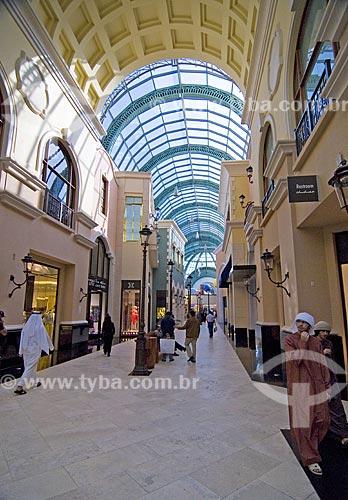 Assunto: Pessoa com trages árabes típicos em shopping de grande luxo chamado Mall of Emirates em Dubai  / Local:  Dubai - Emirados Árabes  / Data: Janeiro 2009
