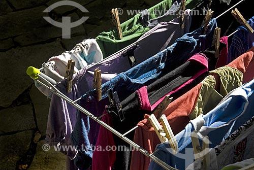 Assunto: Varal cheio de roupa  / Local:  Niterói - RJ - Brasil  / Data: Julho de 2009