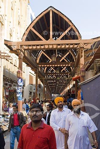 Assunto: A rua principal do Mercado Souq é coberta por um telhado com decoração árabe. Os visitantes do mercado representam diferentes etnias e culturas  / Local:  Dubai - Emirados Árabes  / Data: Janeiro de 2009