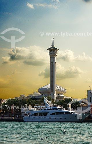 Assunto: Baía de Greek com iate de luxo em suas águas e minarete da mesquita em sua margem  / Local: Dubai - Emirados Árabes  / Data: Janeiro de 2009