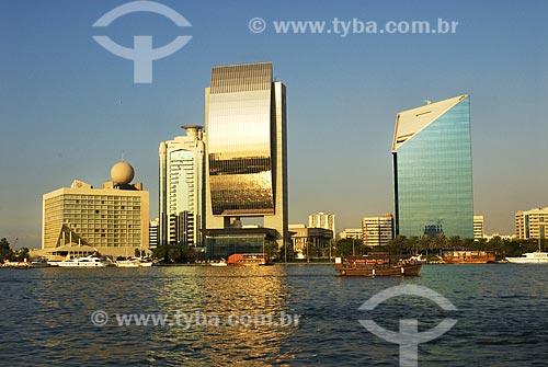 Assunto: Construções modernas às margens da baía de Greek -  prédio do National Bank of Dubai em destaque, refletindo seu dourado  / Local:  Dubai  - Emirados Árabes  / Data: Janeiro 2009
