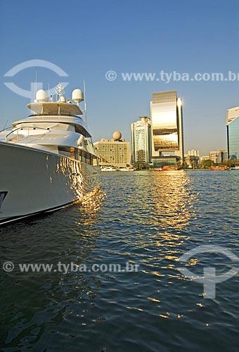Assunto: Luxuoso iate e construções modernas às margens da baía de Greek -  prédio do National Bank of Dubai em destaque, refletindo seu dourado  / Local:  Dubai  - Emirados Árabes  / Data: Janeiro 2009