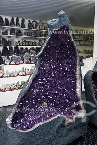 Assunto: Pedra oca contendo ametistas no interior - Geodo  / Local:  Ametista do Sul - RS - Brasil  / Data: Setembro de 2009