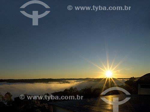 Assunto: Nascer do sol com nevoeiro no vale  / Local:  Ametista do Sul - RS - Brasil  / Data: Setembro de 2009
