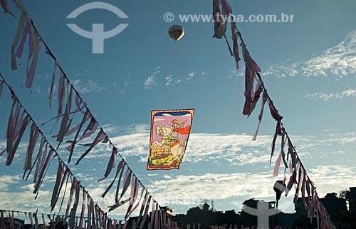 Assunto: Balão solto na celebração do Dia de São Jorge - Igreja de São Jorge de Quintino  / Local:  Quintino - Rio de Janeiro - RJ - Brasil  / Data: 04/2008