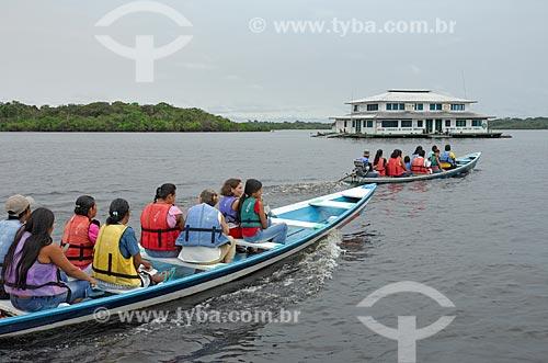 Assunto: Alunos chegando ao Centro Itinerante de Educação Ambiental e Científica Bill Hamilton - CIEAC na Reserva de Desenvolvimento Sustentável Mamirauá  / Local: Amazonas (AM) - Brasil  / Data: 19/03/2007