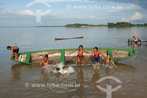 Assunto: Crianças ribeirinhas brincando com canoa em Freguesia do Andirá  / Local:  Barreirinha -  Amazonas (AM) - Brasil  / Data: 12/01/2006
