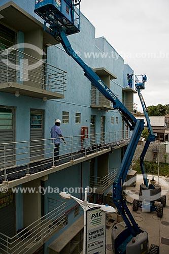 Assunto: Trabalhadores responsáveis pela pintura externa do Conjunto Habitacional Condomínio Itaóca 1174 - Programa de Aceleração do Crescimento - PAC - Complexo do Alemão  / Local:  Rio de Janeiro - RJ - Brasil  / Data: 20/05/2010