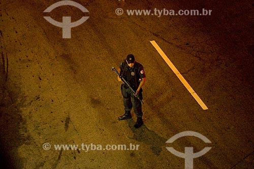 Assunto: Policial armado realizando blitz noturna em rua da zona sul  / Local:  Rio de Janeiro - RJ - Brasil  / Data: 16/05/2010