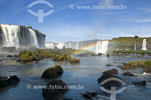 Assunto: Plataforma de observação nas Cataratas do Iguaçu com arco-íris no Parque Nacional do Iguaçu - o parque foi declarado Patrimônio Natural da Humanidade pela UNESCO  / Local: Foz do Iguaçu - PR - Brasil  / Data: 07/06/2009