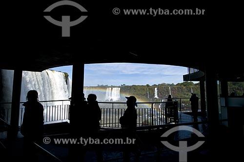 Plataforma de observação para visitantes - Cataratas do Iguaçu com arco-íris no Parque Nacional do Iguaçu - o parque foi declarado Patrimônio Natural da Humanidade pela UNESCO   - Foz do Iguaçu - Paraná - Brasil