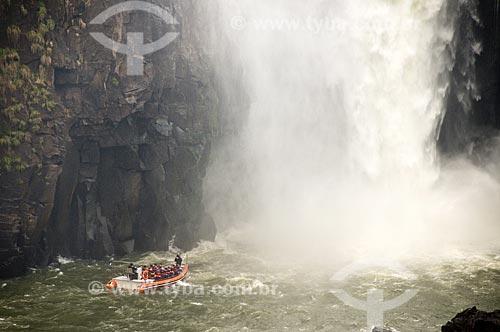 Assunto: Barco com turistas perto de uma das cachoeiras do Parque Nacional do Iguaçu - o parque foi declarado Patrimônio Natural da Humanidade pela UNESCO   / Local: Foz do Iguaçu - PR - Brasil  / Data: 09/06/2009