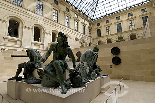 Assunto: Escultura no interior do Museu do Louvre / Local: Paris -  França / Data: 14/09/2009
