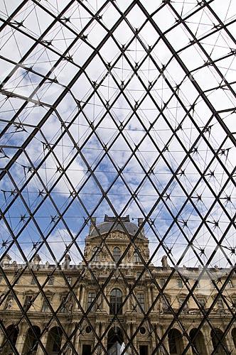 Assunto: Fachada do Museu do Louvre a partir do Hall Napoleão dentro da Pirâmide / Local: Paris - França / Data: 14/09/2009